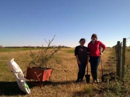 Grace y Niamh Howarth plantando árboles